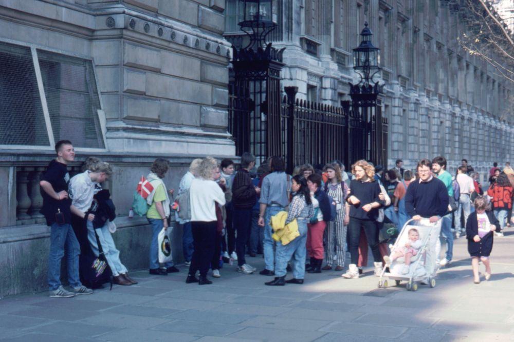 Ved indgangen til Downing Street i London