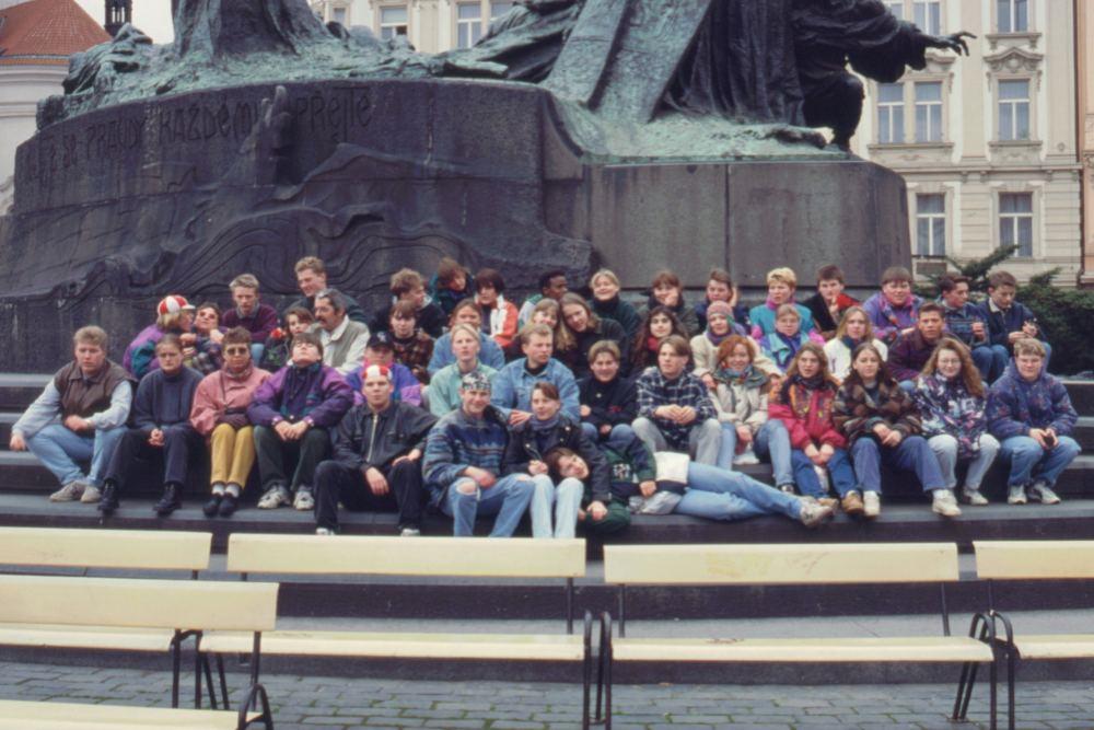 Eleverne foran Huss-monumentet i Prag