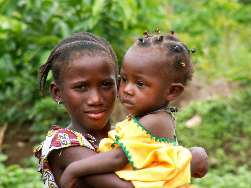 Pige og barn i Sierra Leone