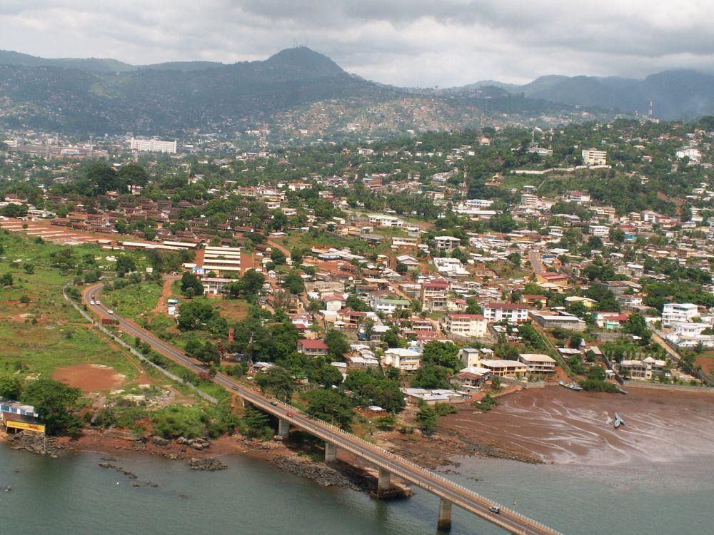 Hovedstaden Freetown fra helikopter