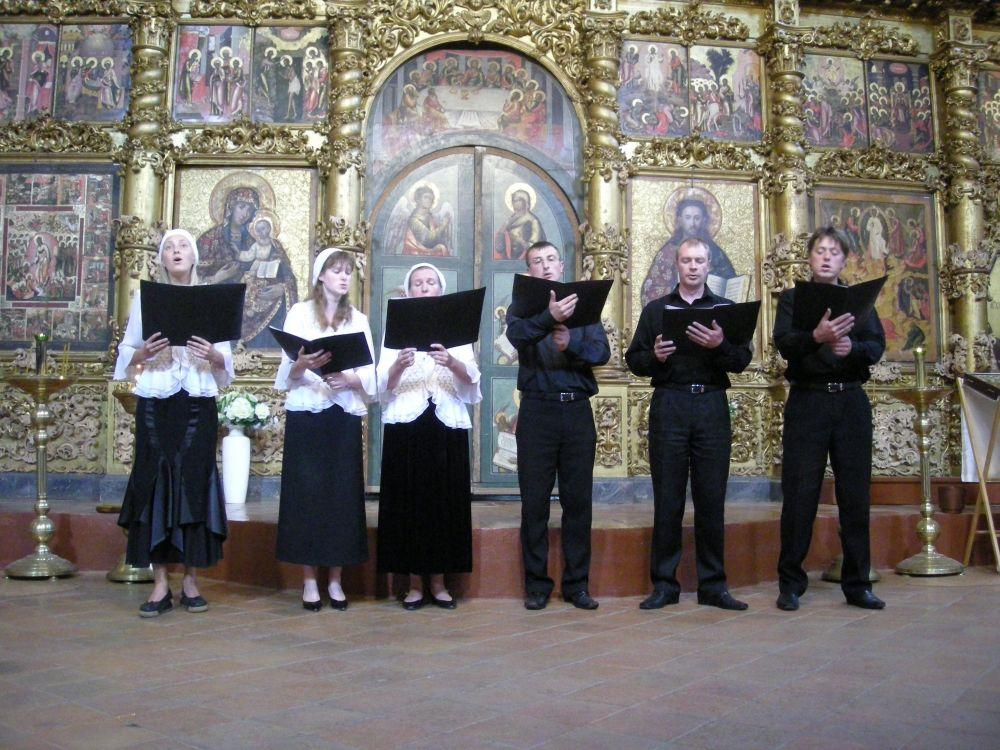 Sangere foran ikonostasen i Forklarelseskatedralen i Uglich