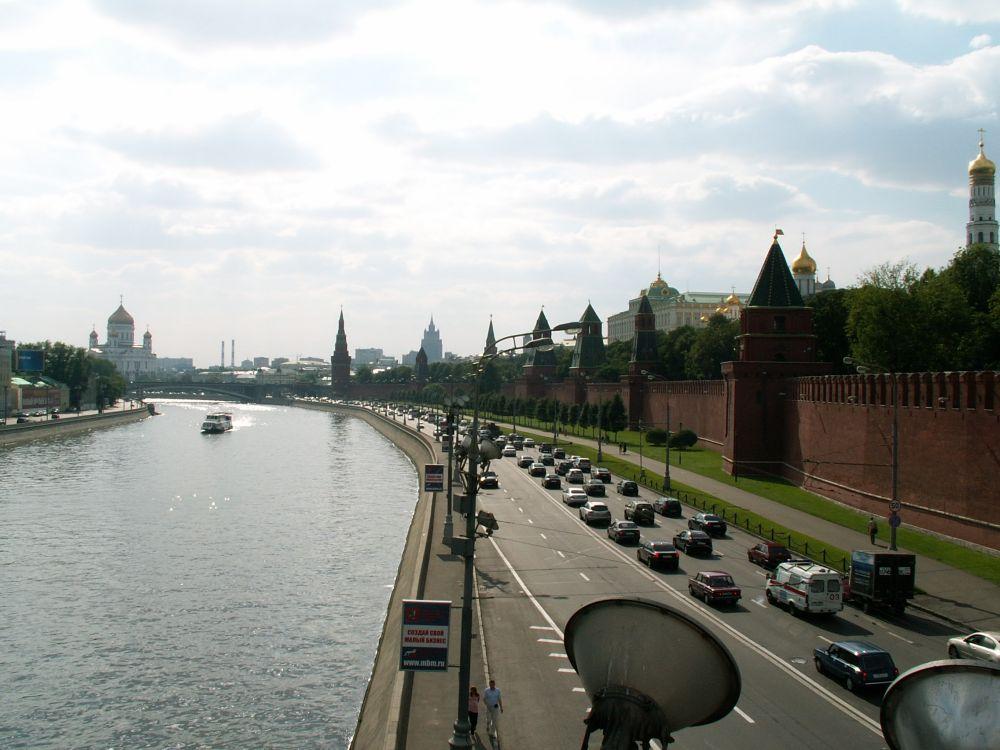 Udsigt over floden mod Kreml og Frelserkirken i Moskva
