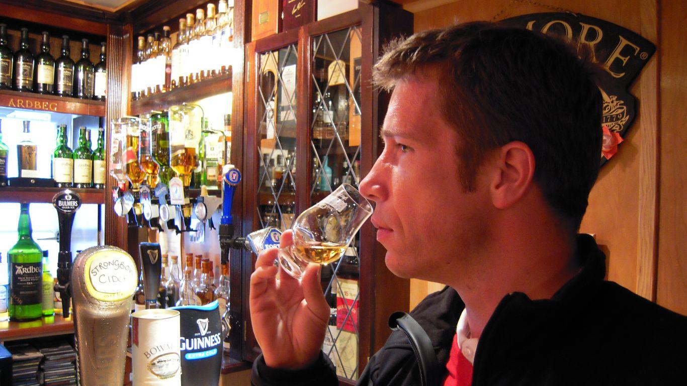 Heine på bar i Bowmore, Skotland 2010