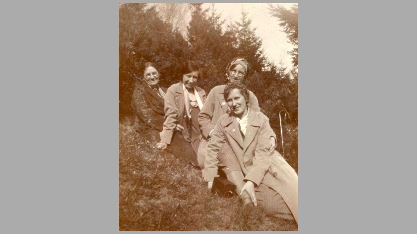 Elise med døtrene Gerda, Mary og Esther ca. 1933