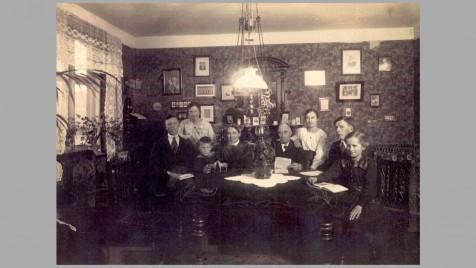 Familien Kolind omkring 1920. Fra venstre: Hans, Gerda, Aksel, Elise, Søren Peder, Mary, Stefan og Esther.