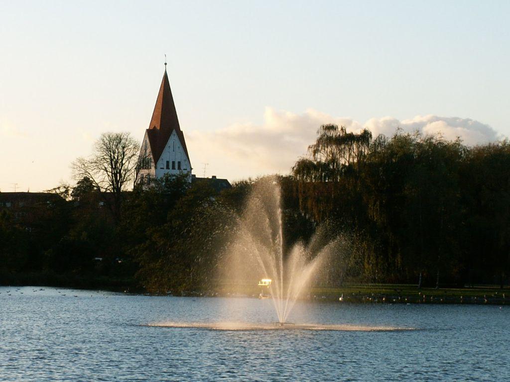 Gl. Haderslev Kirke fra Damparken aften