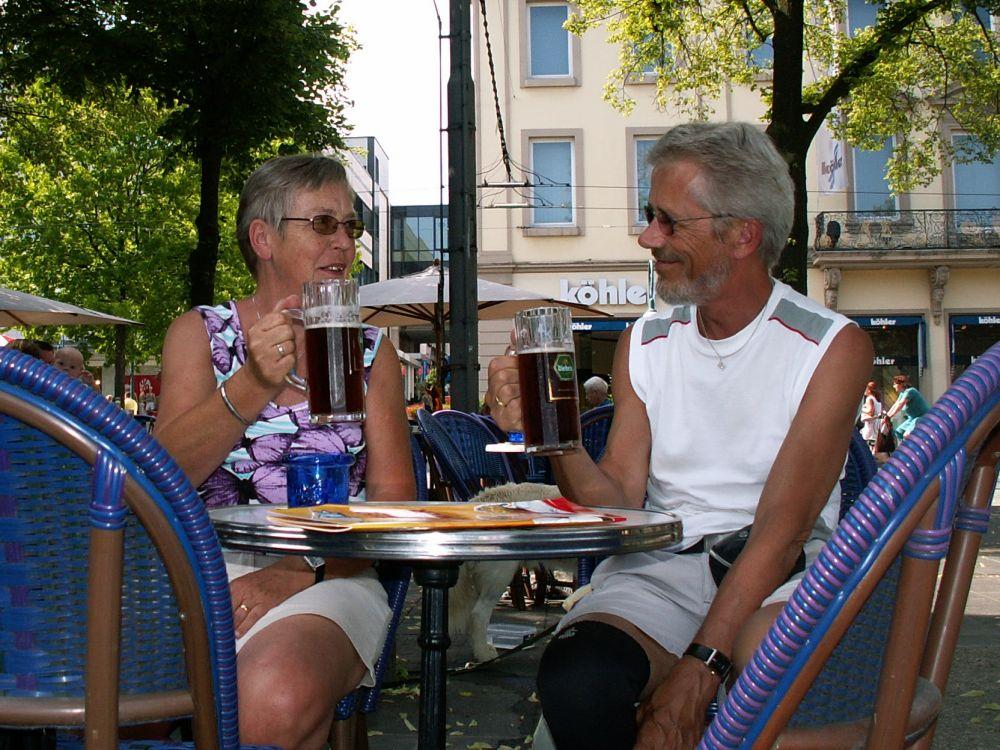 Aase og Thorkild med en god øl i Kassel