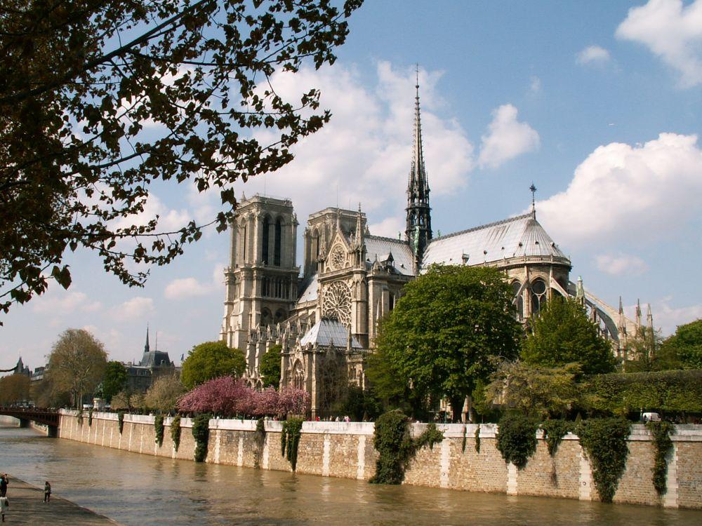 Notre Dame kirken set fra Seinen