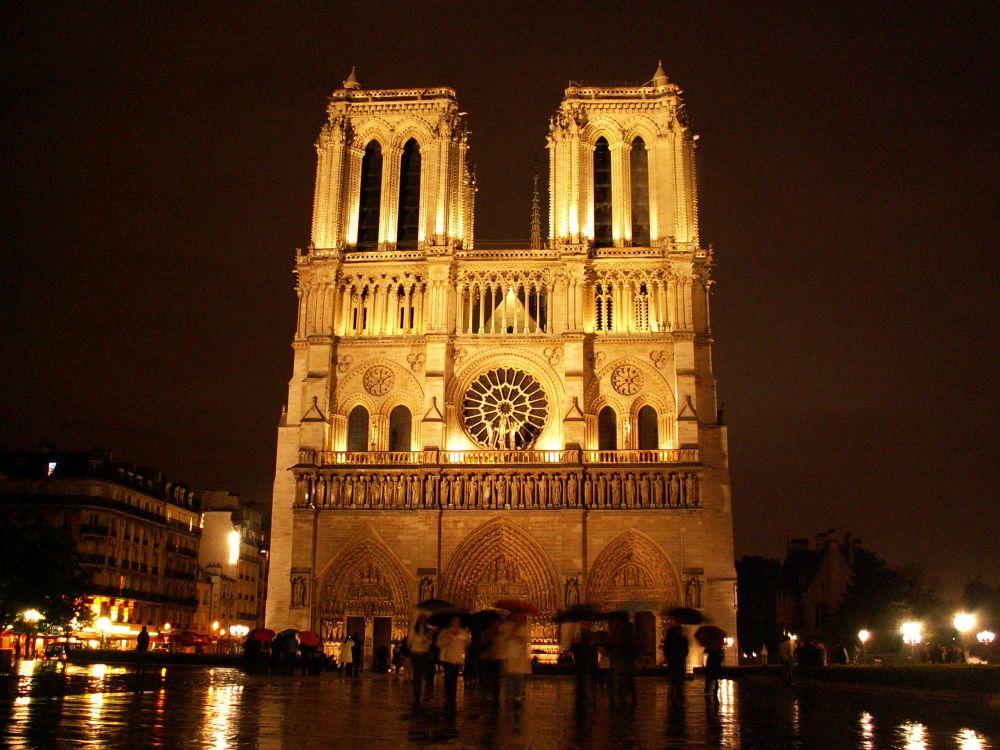 Notre Dames vestfacade i aftenbelysning