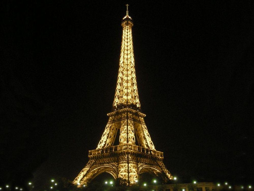 Eifeltårnet fra en aftensejlads på Seinen