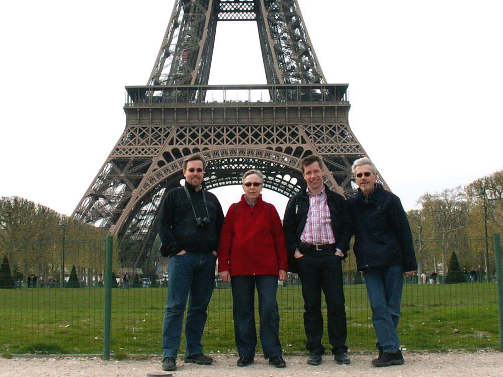 Os fire ved Eifeltårnet