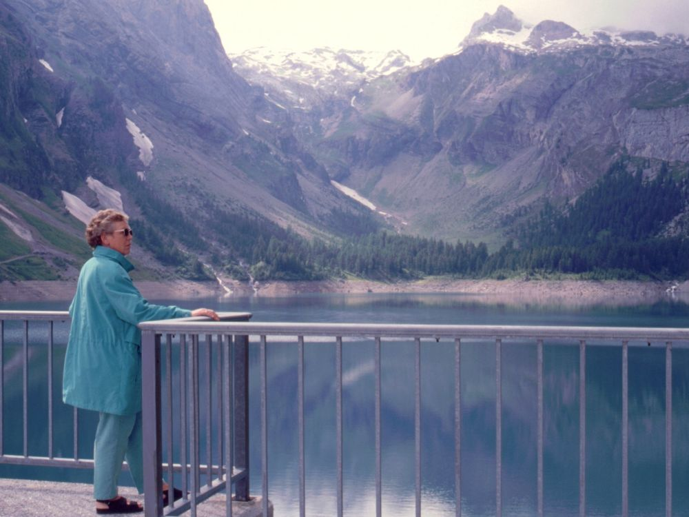 Aase ved en bjergsø i Alperne