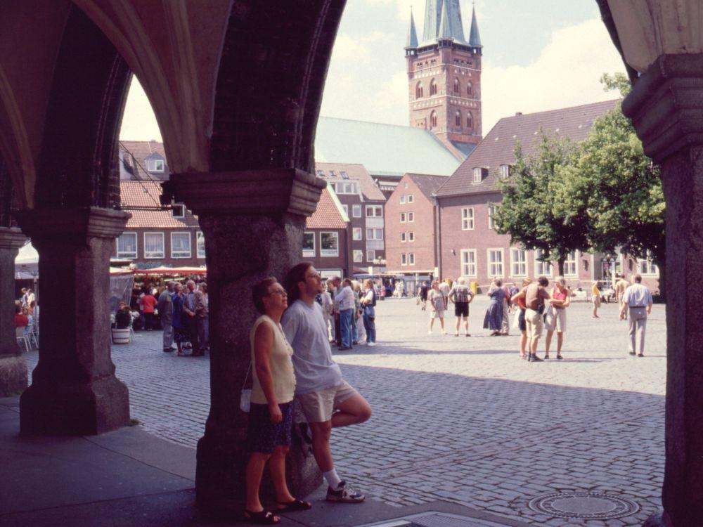 Aase og René på torvet i Lübeck