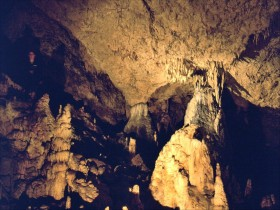 16084 Grotter ved Han sur Less
