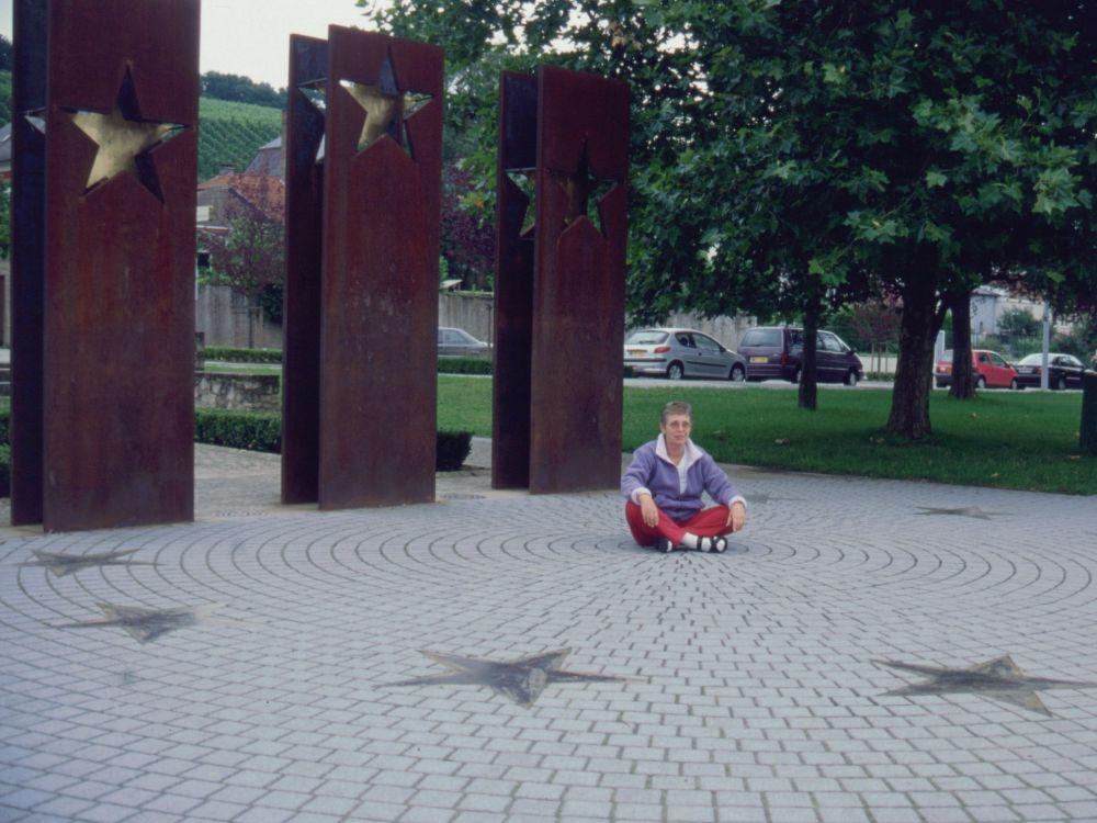 Aase ved EU-monumentet i Schengen