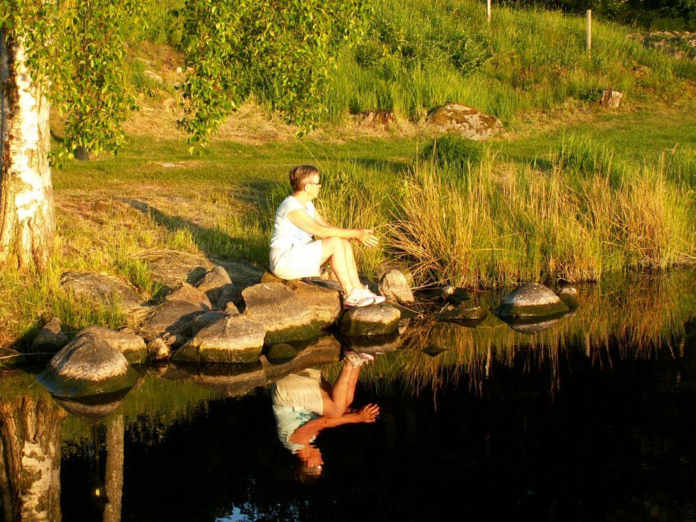 Aase nyder aftensolen ved søen