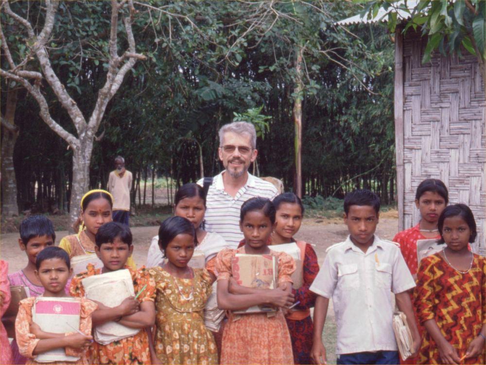 Thorkild sammen med skolebørn i Ramnogor