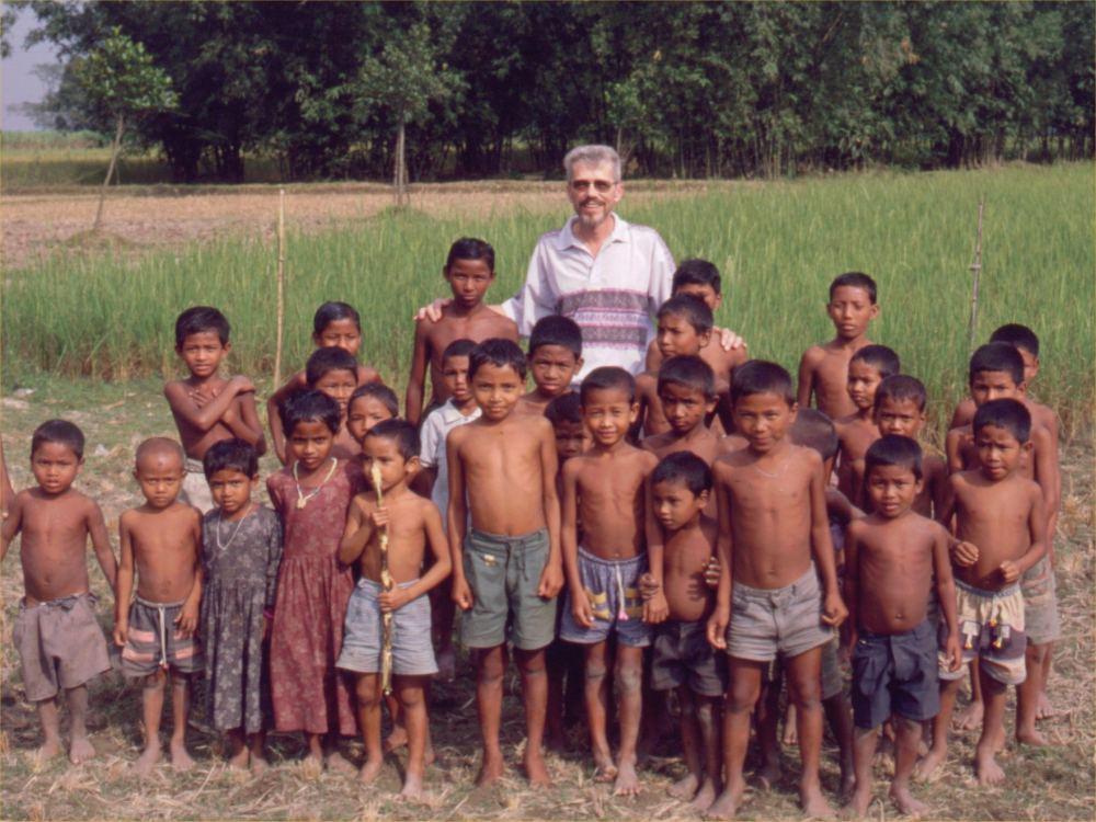 Thorkild sammen med nogle af de børn, som er overalt!