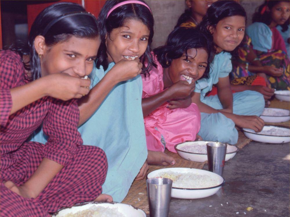 Kostskolepiger spiser ris - med fingrene!