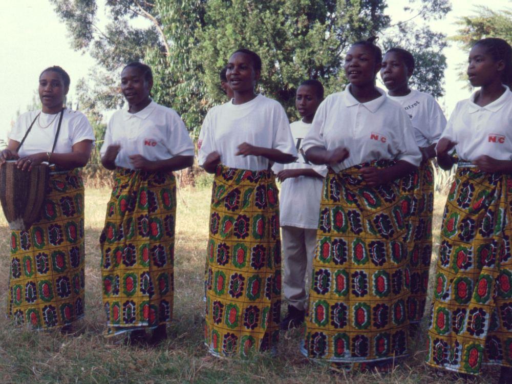 Præstens kone og køkkenpigerne danser og synger for os