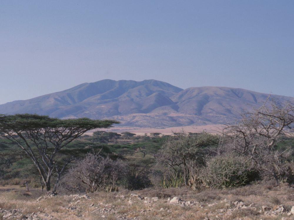 Olduvai-kløften med vulkanen Mount Lemagrut
