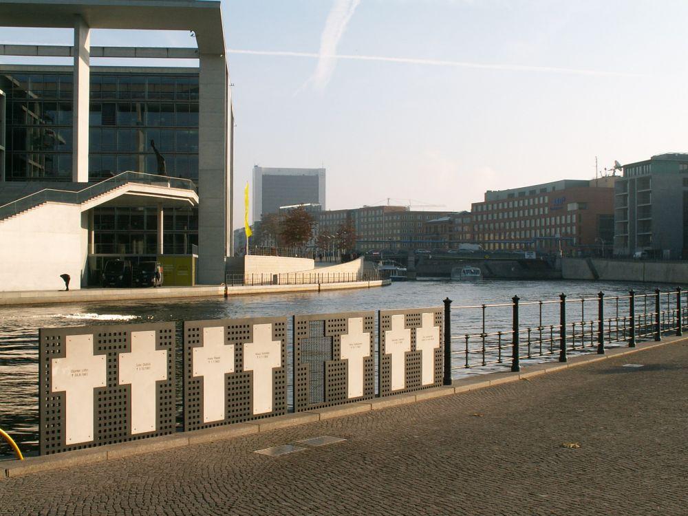 Mindekors ved floden Spre gennem Berlin