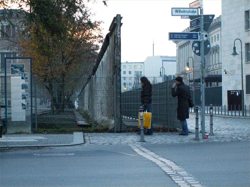 Rest af Muren med markeringer i asfalten gennem Berlin