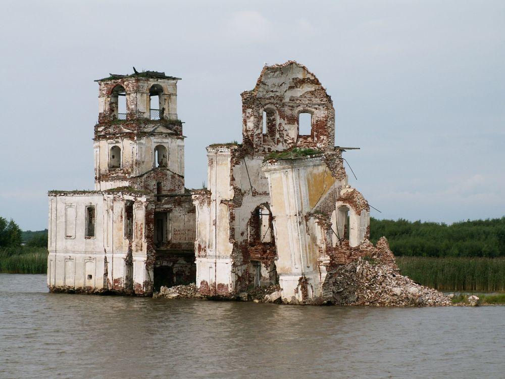 Forbi en oversvømmet kirke