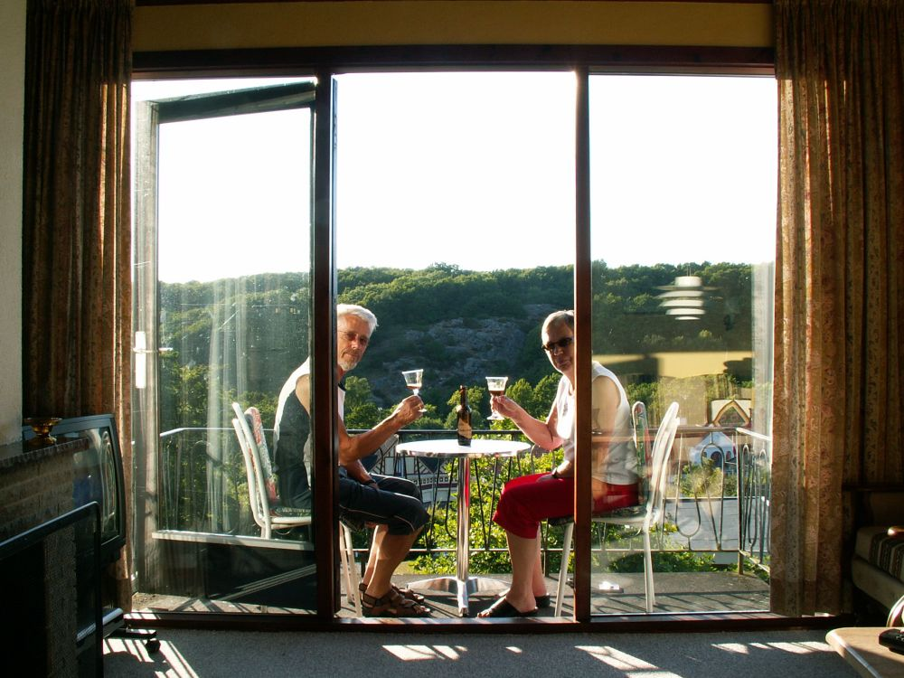 Aase og Thorkild på altanen med en god bornholmerøl