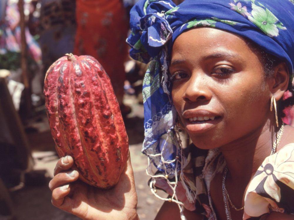 Pige med cacaofrugt