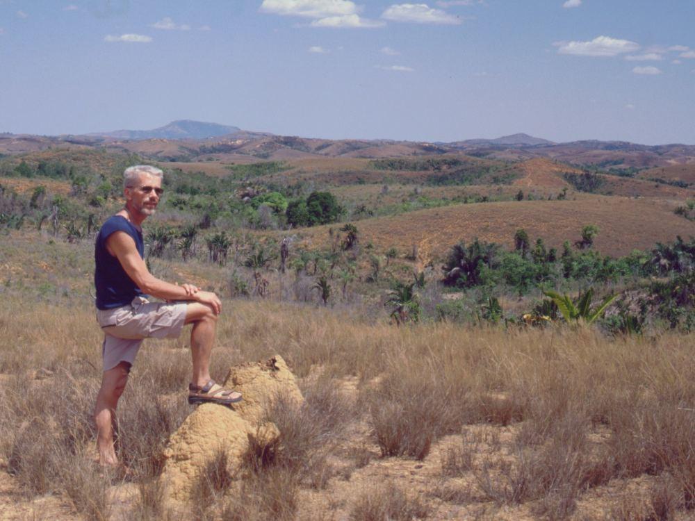 Thorkild med foden på et termitbo