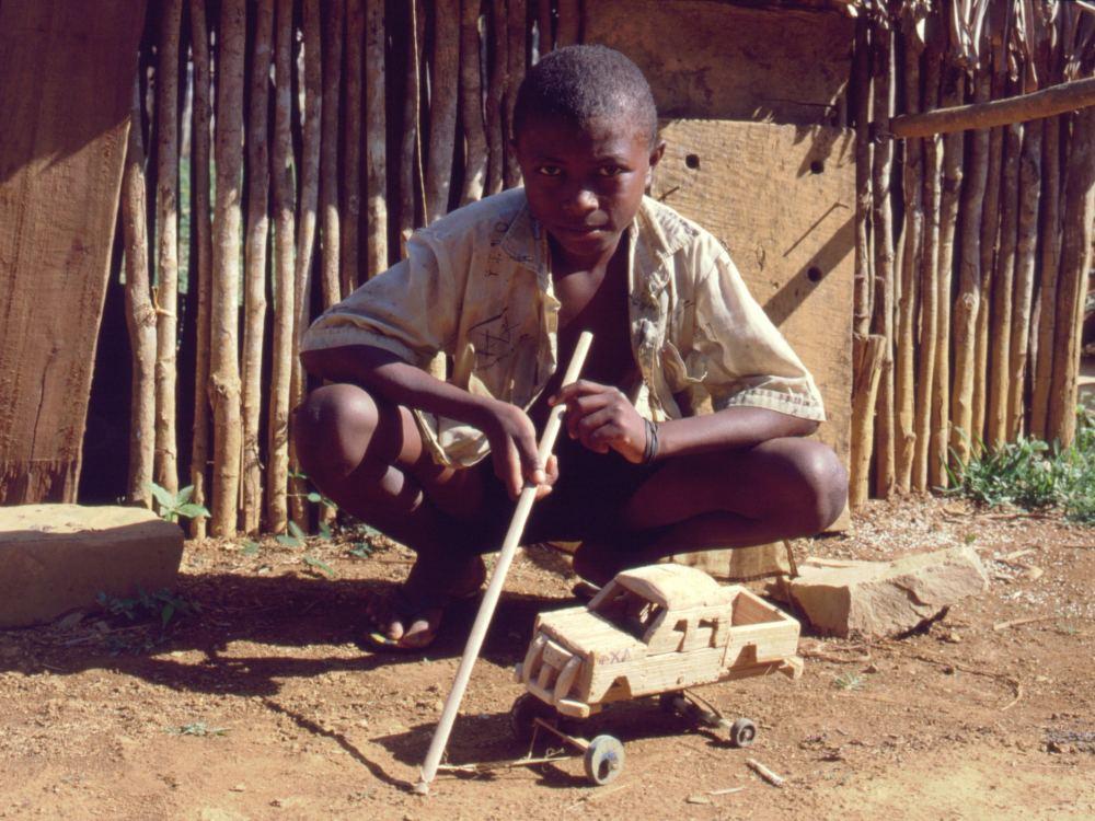 Dreng med selvbygget legetøjsbil