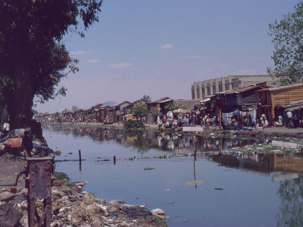 Slumkvarter ved floden i Antananarivo (hovedstaden)