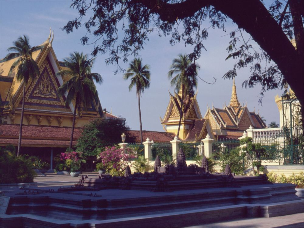 Kongeslottet i Phnom Penh - i forgrunden en model af Angkor Wat