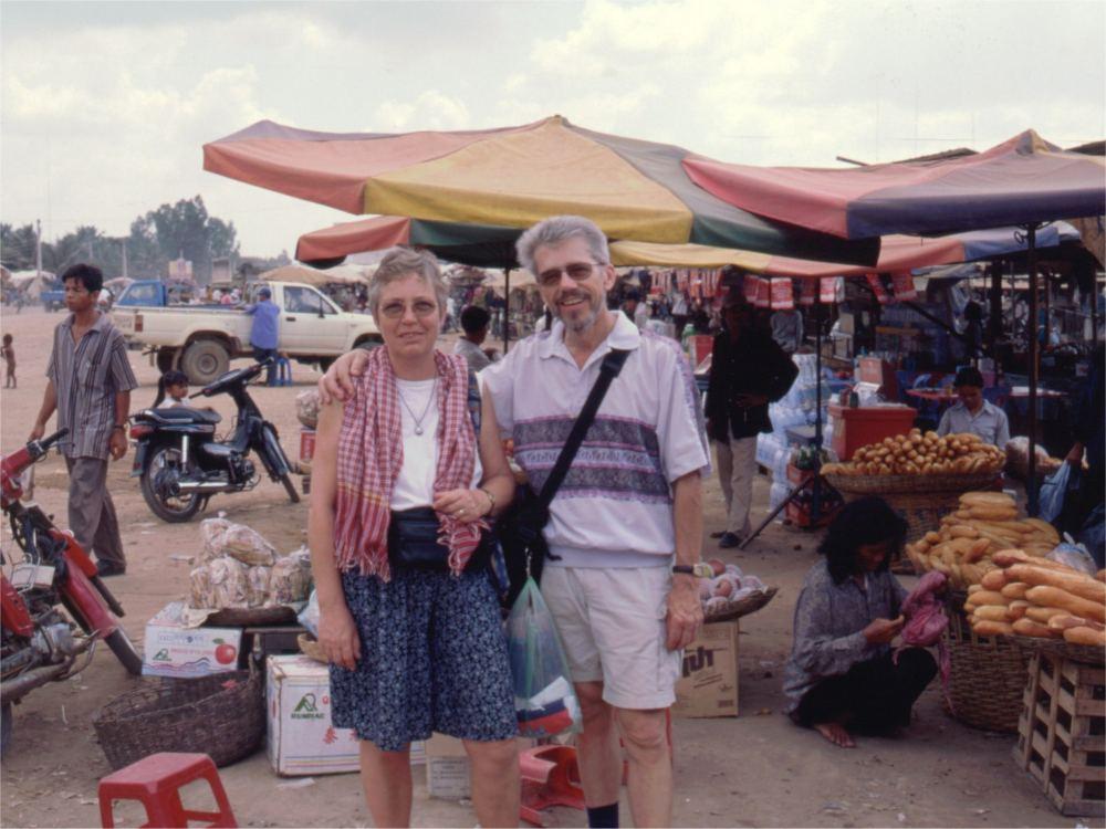 Aase og Thorkild på marked i Siem Reap