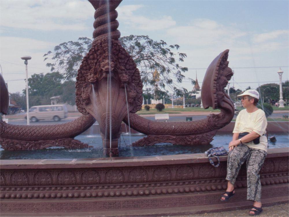 Aase ved springvand i Phnom Penh