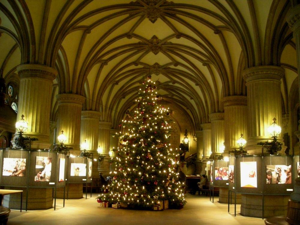 Juletræ i Rådhusets store ankomsthal