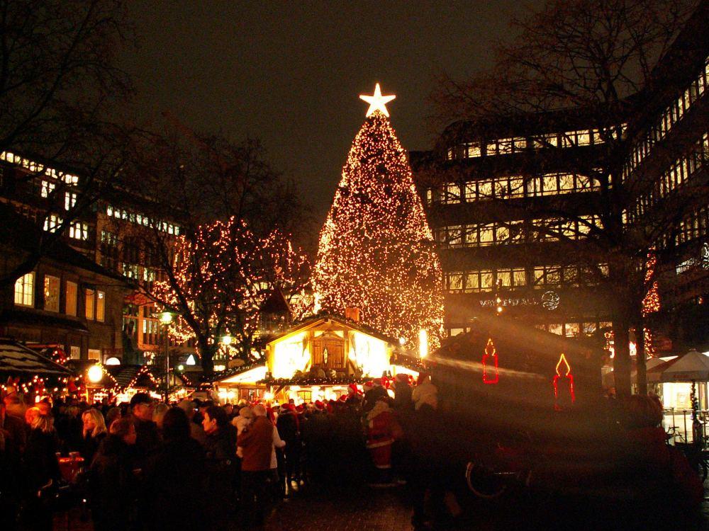 Juletræ på hjørnet af Mönchebergstrasse og Spitalerstrasse
