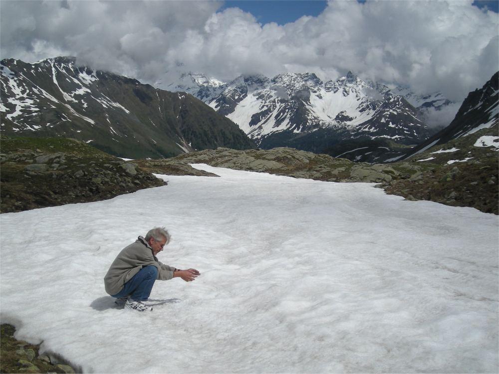 Thorkild leger med sne i højderne