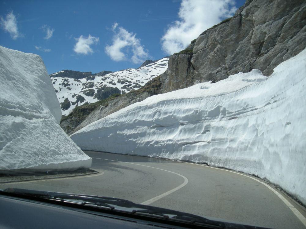 Over passene kan der ligge sne i juni