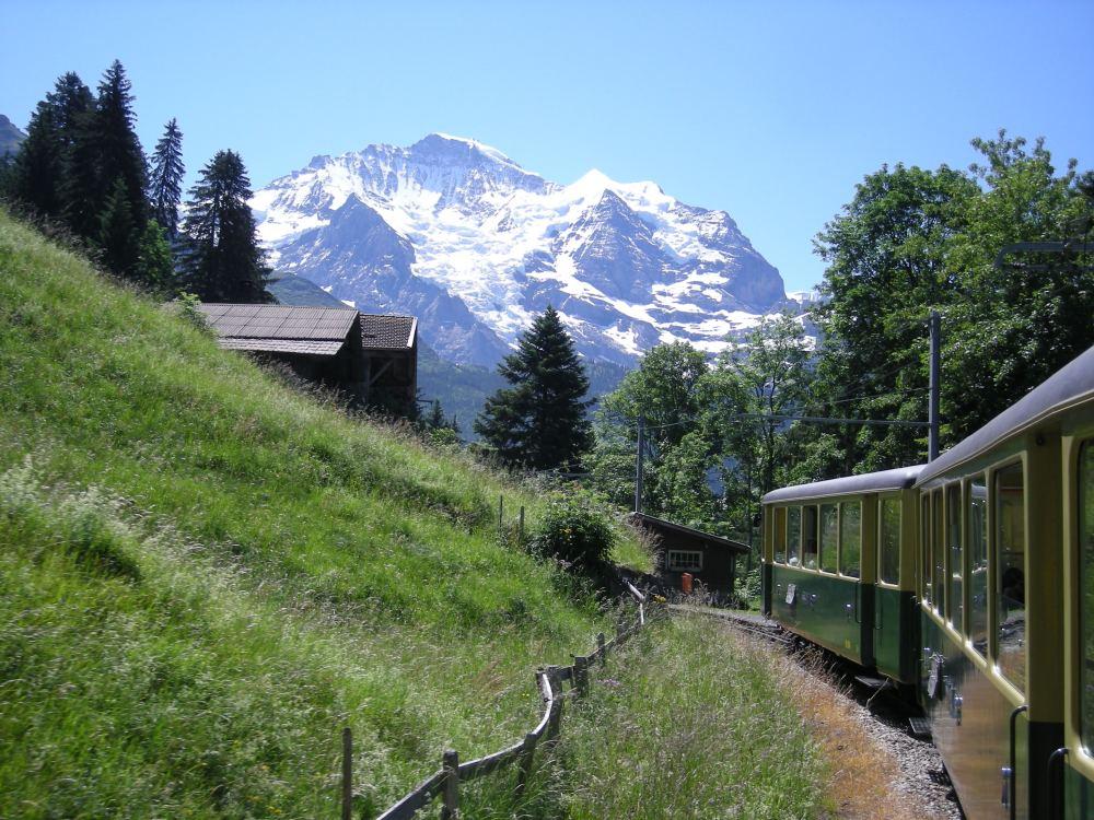 Med tog på vej til Wengen med udsigt til Jungfrau