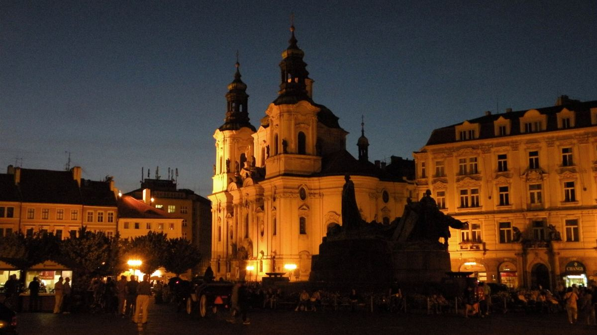 Nikolaikirken ved den gamle rådhusplads om aftenen