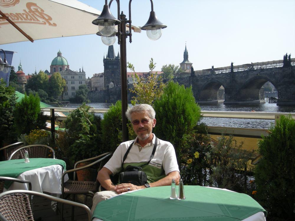 Thorkild venter på en tjekkisk øl ved Karlsbroen