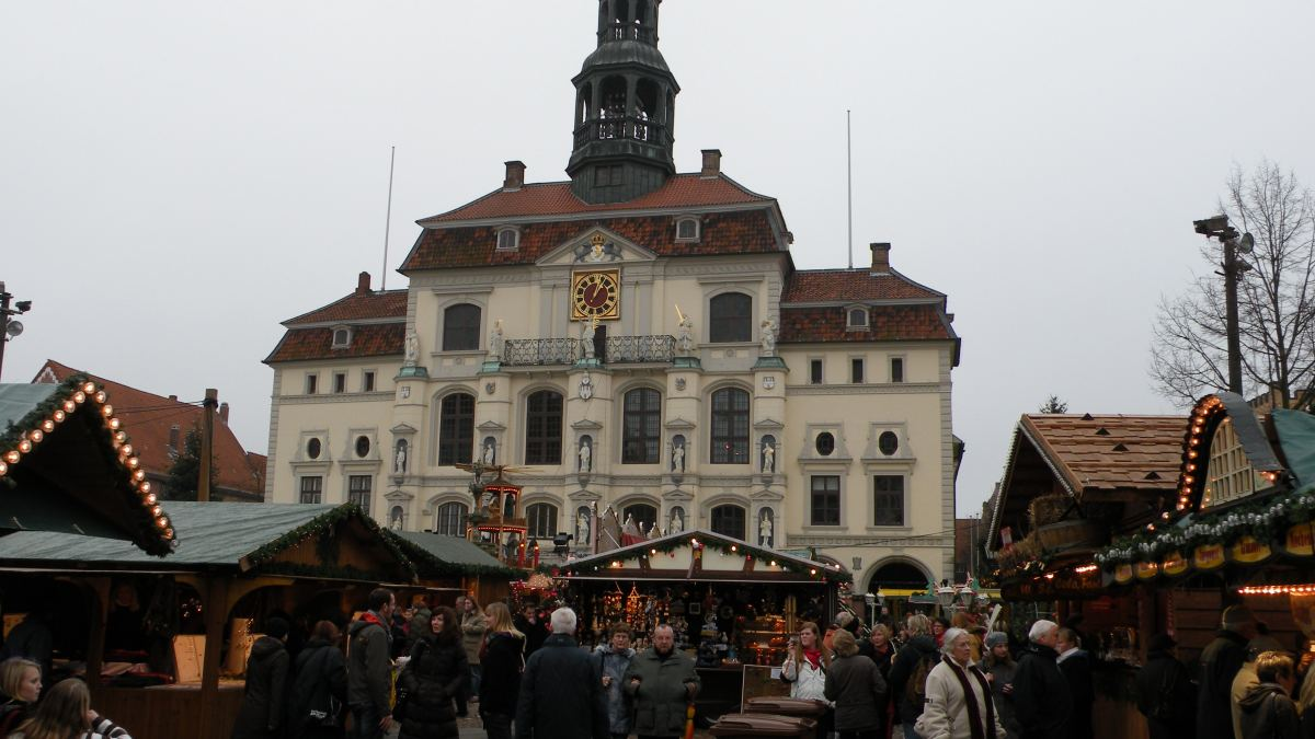 Julemarked foran rådhuset i Lüneburg