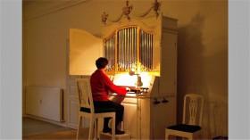 2007-0015 Astrid ved orglet i Søstrehusets korsal
