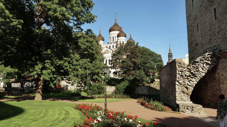 Dronning Margrethes rosenhave ved bymuren og foran Alexander Nevsky-katedralen