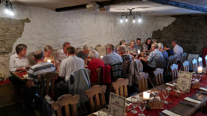 Gruppen spiser på restaurant i den gamle bydel