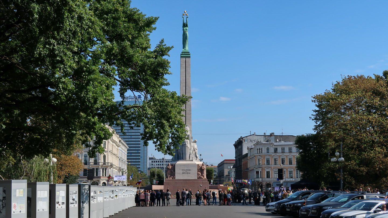 Frihedsmonumentet i Riga på 30 års dagen for menneskekæden