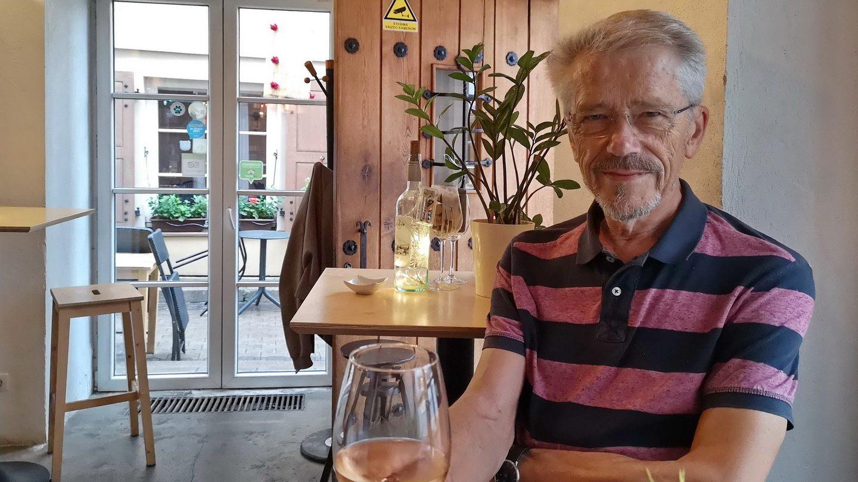 Thorkild nyder et glas Rosé-vin efter en god bytur