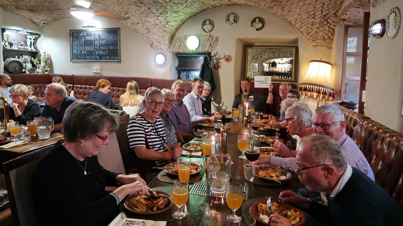 Gruppen spiser i den gamle bydel